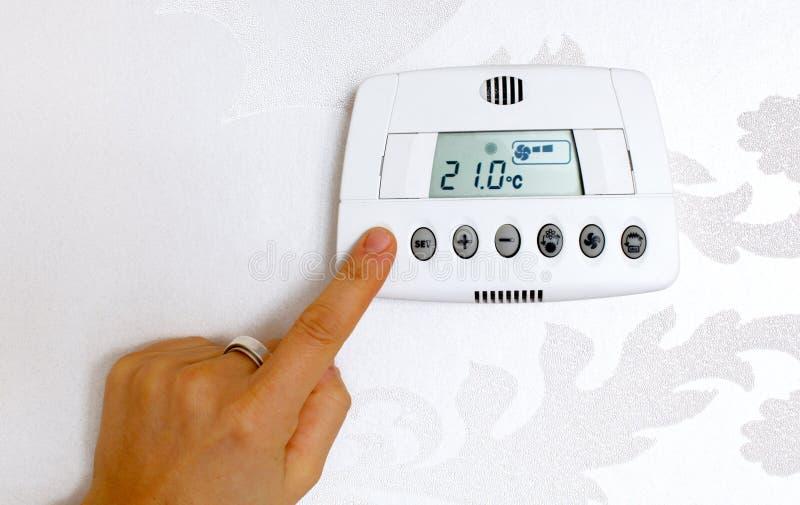 De temperatuur van de thermostaat het plaatsen in een modern huis stock fotografie