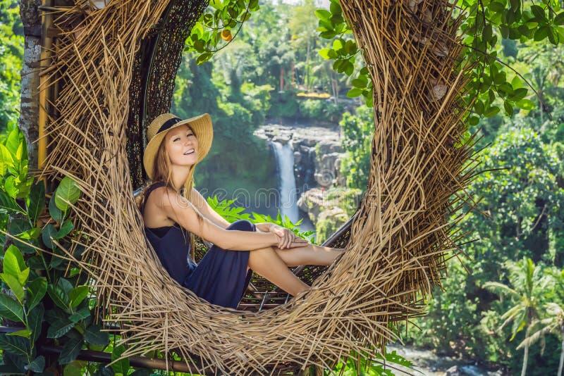 De tendens van Bali, stro nestelt overal Jonge toerist die van haar reis genieten rond het eiland van Bali, Indonesië Het maken v royalty-vrije stock afbeelding