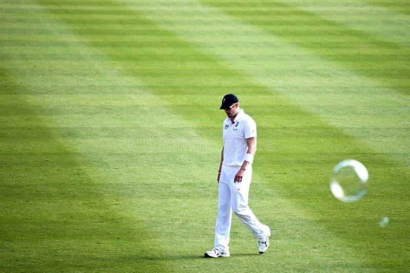 De teneergeslagen Engelse Cricketspeler kijkt neer royalty-vrije stock afbeeldingen