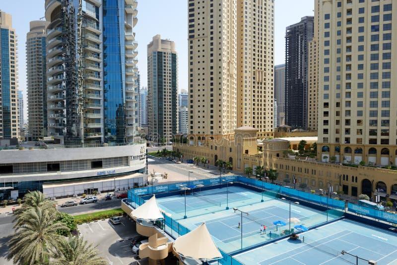 De Tennisbanen dichtbij een Gang bij Jumeirah-Strandwoonplaats stock foto
