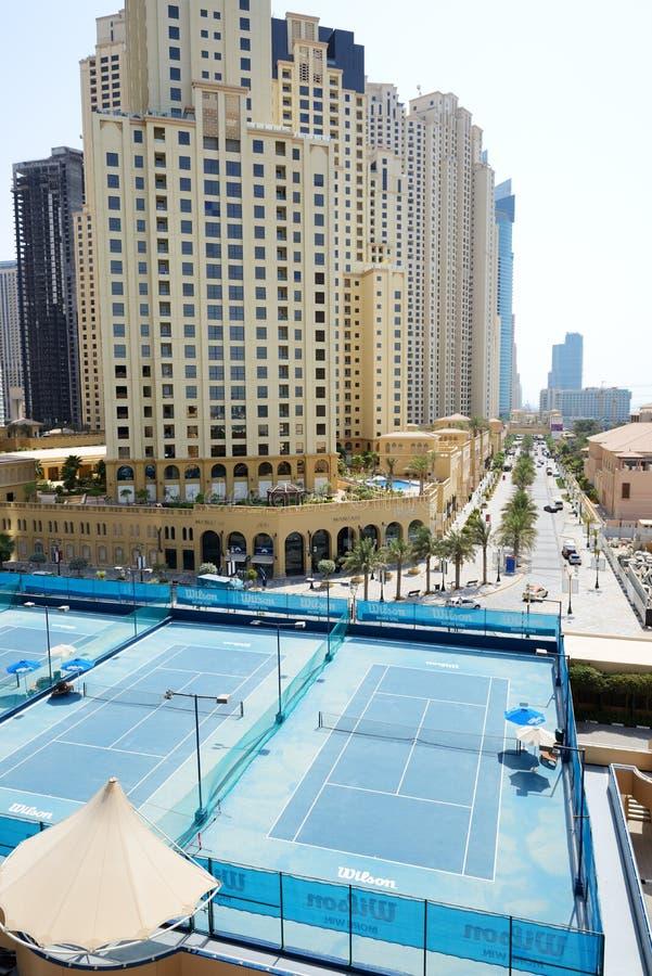 De Tennisbanen dichtbij een Gang bij Jumeirah-Strandwoonplaats stock afbeelding