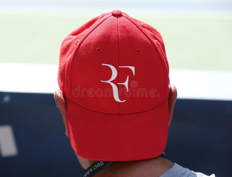 De tennisfan draagt de hoed van Roger Federer ` s tijdens US Open 2016 gelijke stock foto