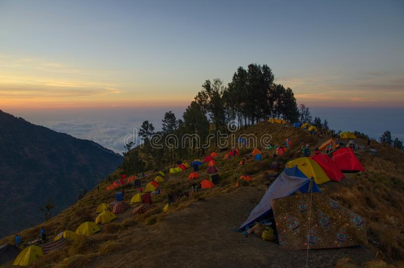 De tent op het kamp van de sembalunbasis, zet rinjani lombok Indonesi? op stock afbeelding