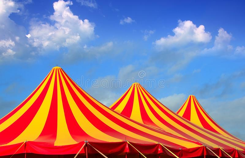 De tent rood oranje en geel gestript patroon van het circus