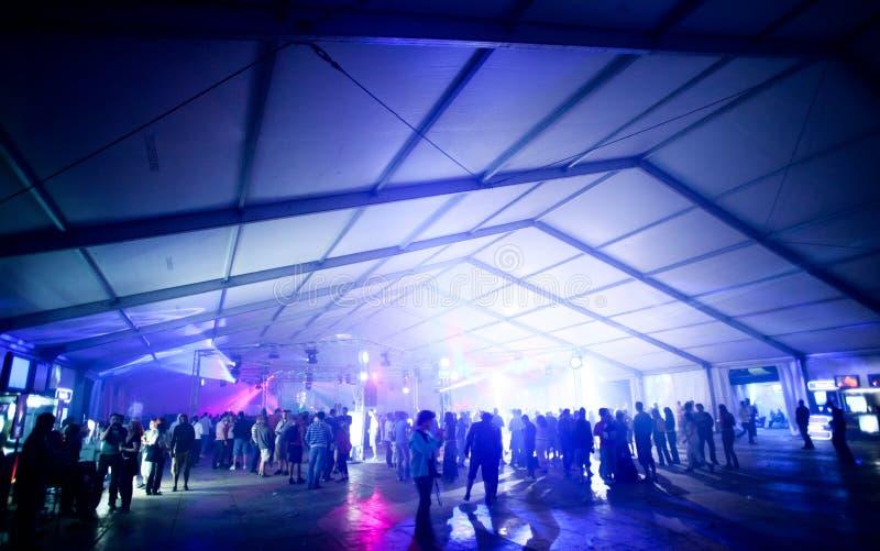 De tent van de partij met mensen het dansen royalty-vrije stock afbeeldingen