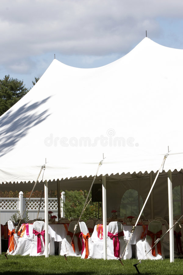De tent van het huwelijk voor openluchtdiner en ontvangst royalty-vrije stock foto's