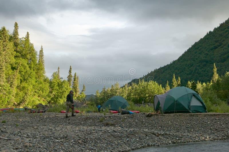 De tentkampeerterrein van de rivierbank in wild, ver Alaska royalty-vrije stock foto