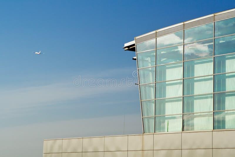 De terminal en het vliegtuig van de luchthaven stock afbeeldingen