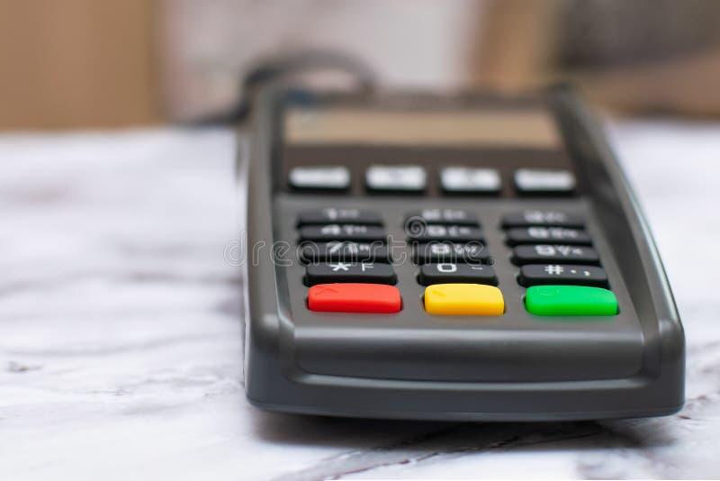 De terminal van de creditcardbetaling is op de lijst in de opslag Close-up van betalingsapparaat zonder contact, kaartmachine stock afbeelding