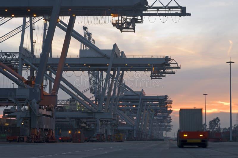 De Terminal van de container bij schemer stock foto's