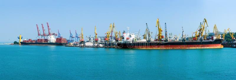 De terminal van de ladingscontainer van overzeese vracht industriële haven Grote Korrellift De bulk-carrier en het containerschip royalty-vrije stock afbeelding