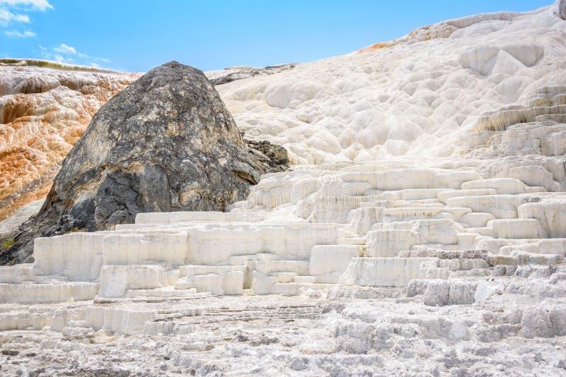 De terrassen van gekristalliseerd calciumcarbonaat bij de Mammoet Hete Lentes worden gemaakt die Yellowstonepark, de V.S. stock afbeeldingen