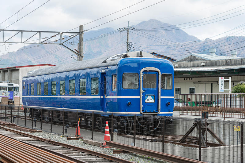 De teruggetrokken blauwe trein royalty-vrije stock fotografie