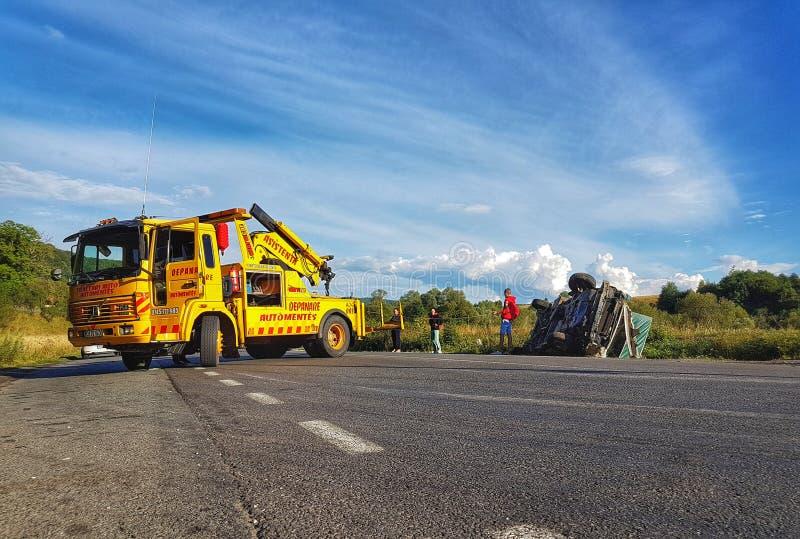 De terugwinningsvrachtwagen helpt een Bestelwagen op belangrijke Europese weg royalty-vrije stock afbeeldingen