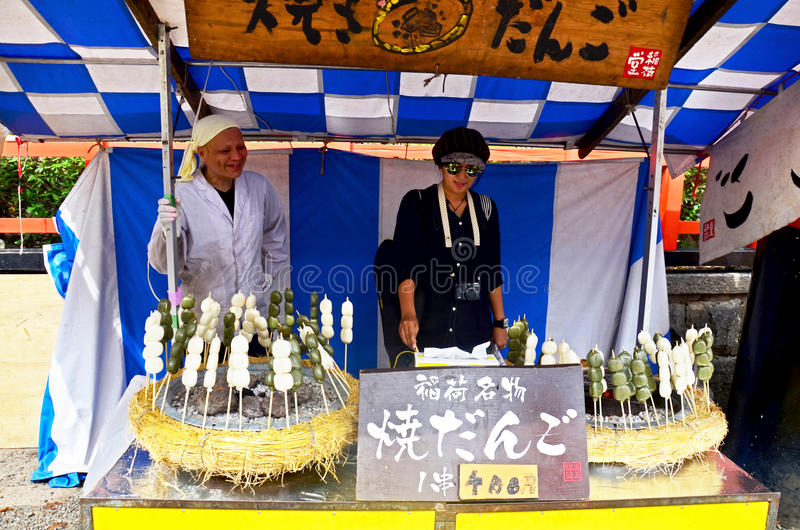 De test van de reizigers het Thaise vrouw neemt koken en foto met verkoper dang stock fotografie