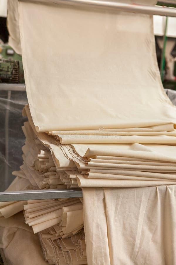De textielindustrie wevende en scheeftrekkende stof, vezel, katoenen produ stock foto's