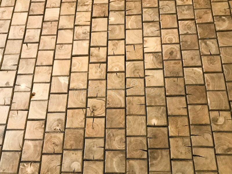 De textuur van bruine geweven gele houten vloer, parket van kleine rechthoekige platen, lakte houten plankraad De achtergrond stock fotografie