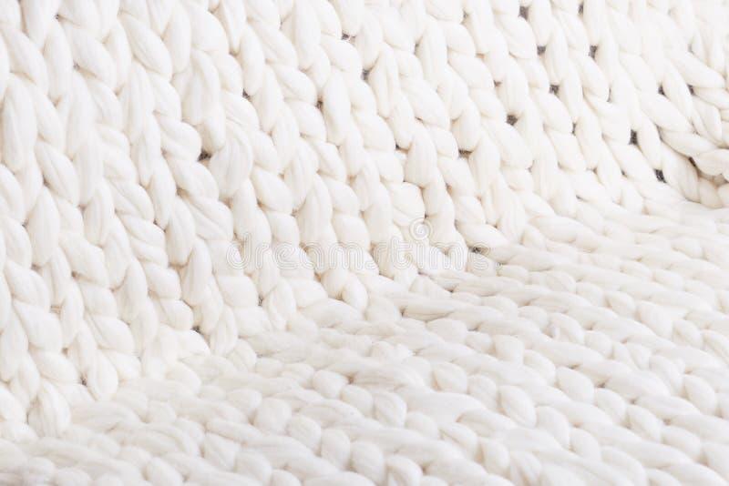 De textuur van close-up van de stoffen het dikke beige sweater Gebreide textuurachtergrond royalty-vrije stock foto