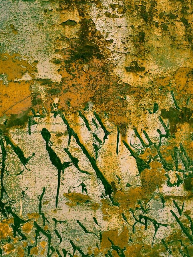 De textuur van de metaalroest met zwarte verfplonsen, abstracte grungeachtergrond in retro fotostijl stock foto