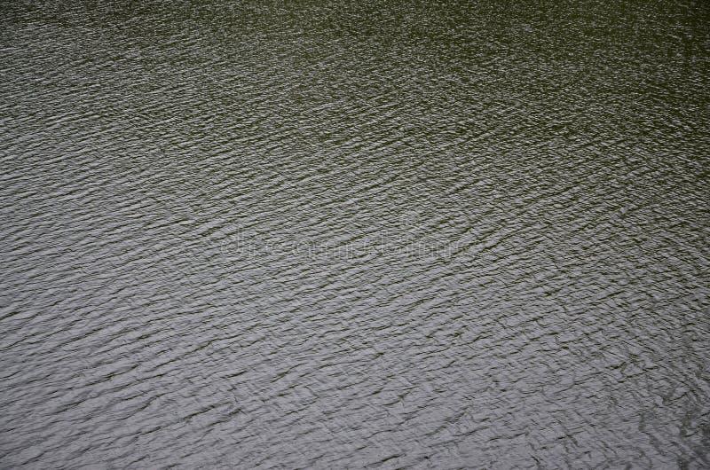 De textuur van donker die rivierwater onder de invloed van wind, in perspectief wordt gestempeld Horizontale imag royalty-vrije stock foto's