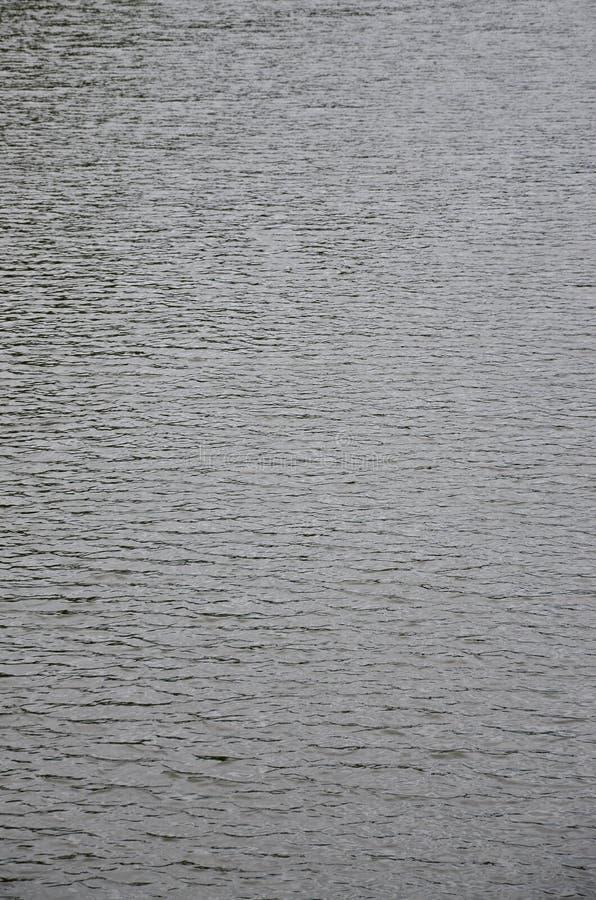 De textuur van donker die rivierwater onder de invloed van wind, in perspectief wordt gestempeld Verticale Imag royalty-vrije stock foto