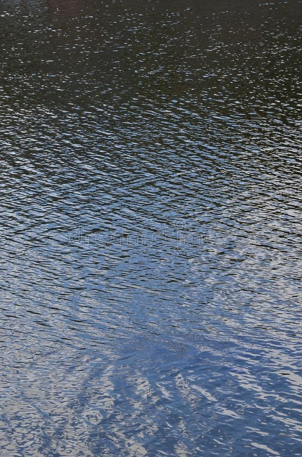 De textuur van donker die rivierwater onder de invloed van wind, in perspectief wordt gestempeld Verticale Imag royalty-vrije stock afbeeldingen