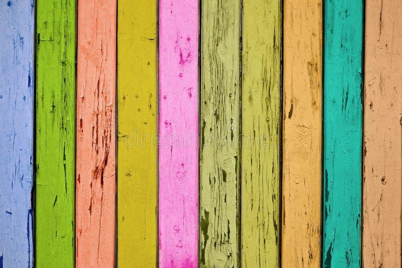 De textuur van een fragment van een houten poort met gekleurde raad stock afbeelding