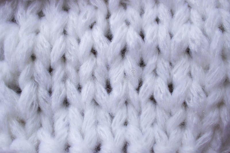De textuur van een gebreid wit linnen in een de winterthema, in de stemming van Kerstmis en Nieuwjaar royalty-vrije stock afbeeldingen