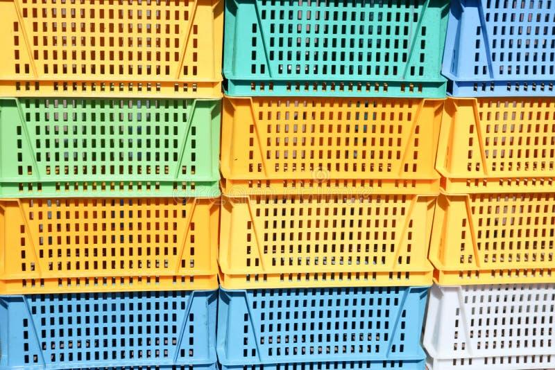 De textuur van gekleurd plastiek kleurde gele blauwgroene rechthoekige dozen met gaten voor goederen, flessen royalty-vrije stock afbeelding