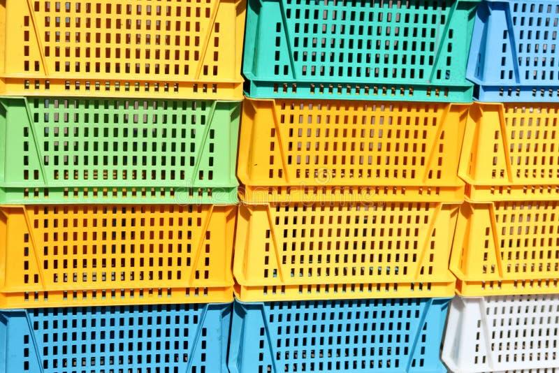 De textuur van gekleurd plastiek kleurde gele blauwgroene rechthoekige dozen met gaten voor goederen, flessen royalty-vrije stock foto's