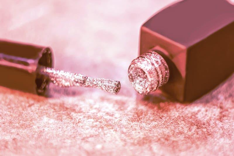 De textuur van glanzend nagellak glanst close-up een fles van spijkerpoli royalty-vrije stock foto