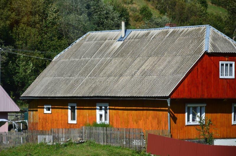 De textuur van het dak met de deklaag van de rillingslei Ruw en oud dak van grijze lei golvende bladen Waterdicht dakwerk van asb royalty-vrije stock fotografie