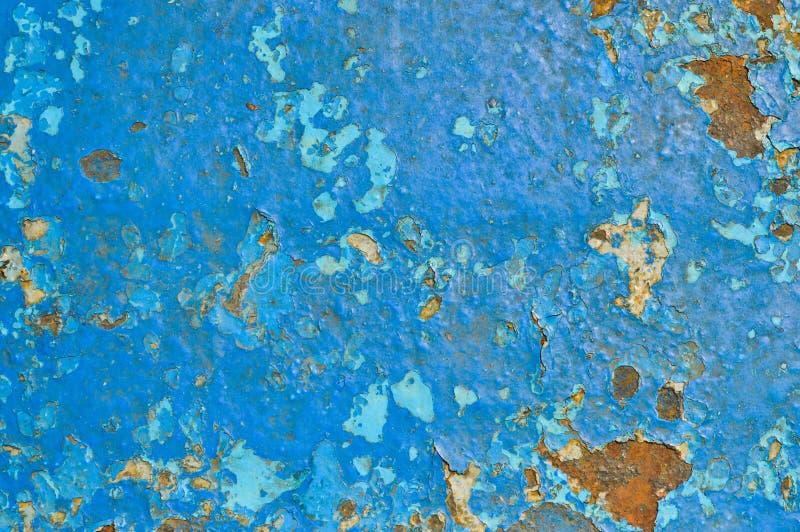 De textuur van het ijzermetaal schilderde blauwe het bladmuur van het verf oude geslagen gekraste gebarsten oude roestige metaal  stock afbeelding