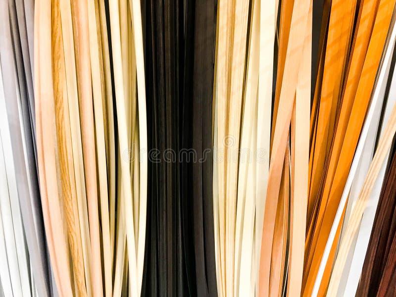 De textuur van het plastiek die binnenlandse decoratieve plinten multi-colored met de kleur van hout bouwen De achtergrond royalty-vrije stock foto's