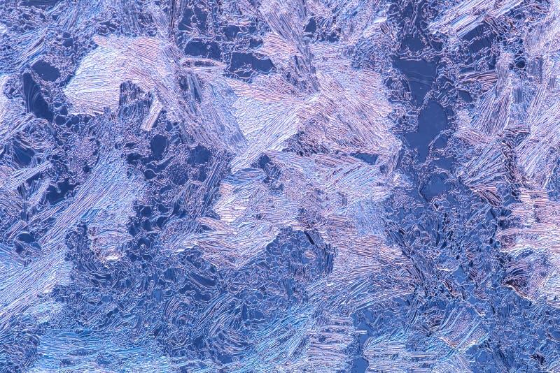 de textuur van het de winterijs op venster, de patronenachtergrond van de vakantievorst, sluit omhoog stock afbeelding
