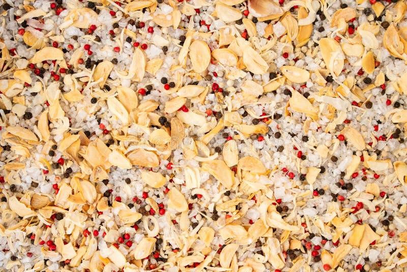De textuur van kruiden mengt zich en overzees zout close-up, kruid of kruiden als achtergrond Zwarte peper, Spaanse peper royalty-vrije stock afbeelding
