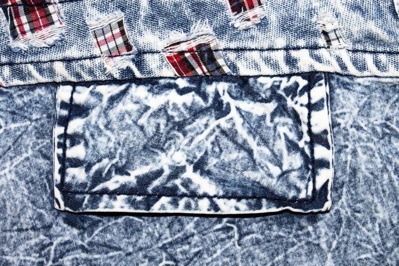 De textuur van langzaam verdwenen denimjeans met een zak Achtergrond van gekookt denim stock foto's