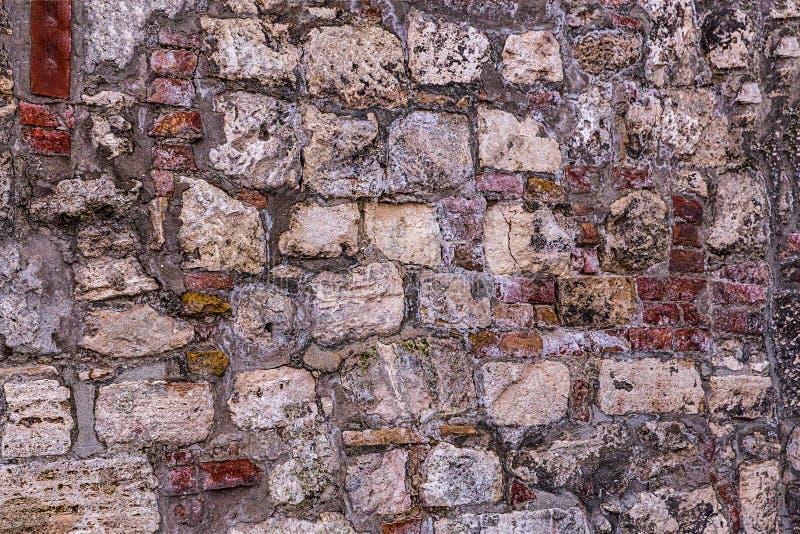 De textuur van lichtgrijze stenen heel wat kalksteen blokkeert in van de achtergrond cementbasis basis monolithisch ontwerp stock foto