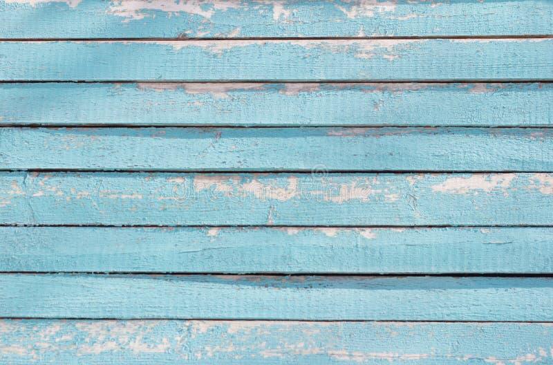 De textuur van de muren van het oude blokhuis, blauwe houten achtergrond met schilverf stock afbeelding