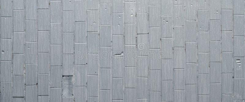 De textuur van de muur van de oude tegel, geschilderde grijs onder de invloed van condensatie Heel wat kleine dalingen en watervl stock afbeeldingen