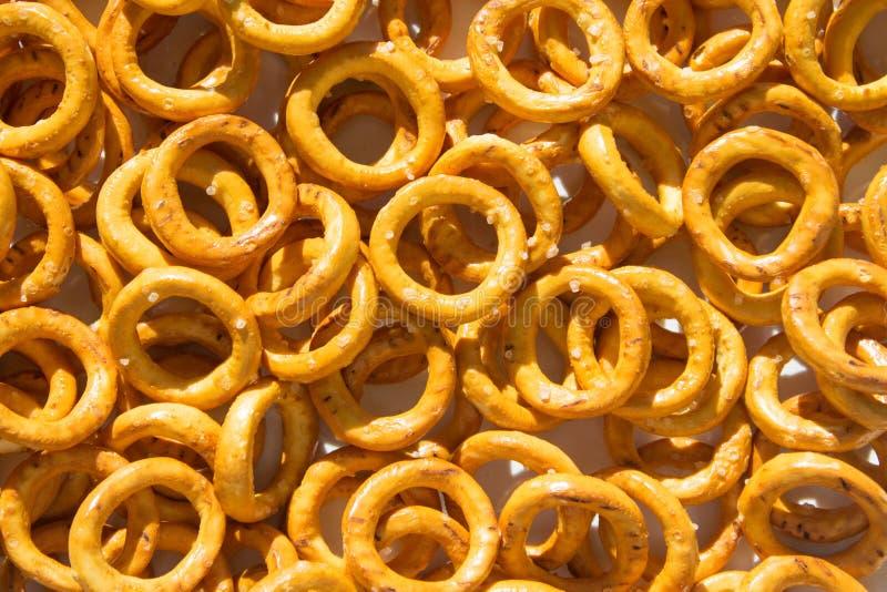 De textuur van veel brood belt snack met zout met schaduw royalty-vrije stock afbeelding