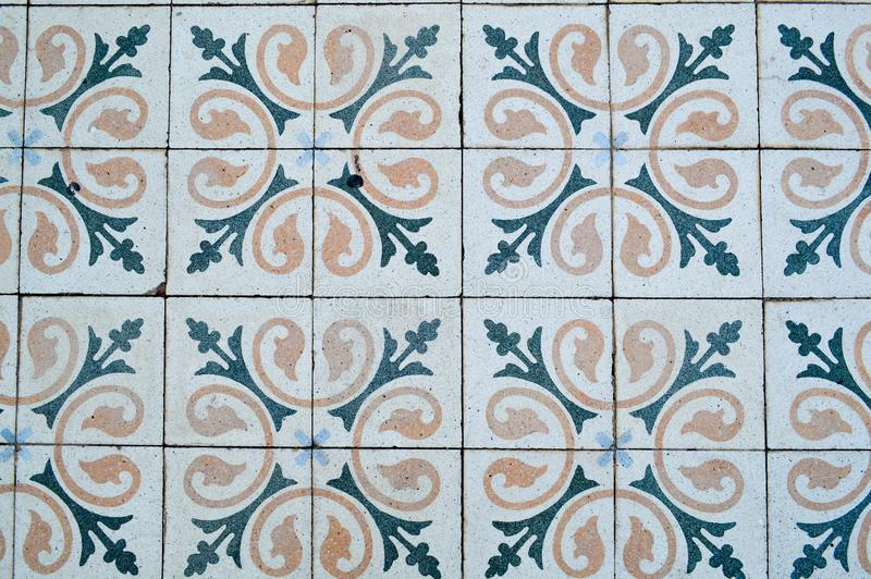 De textuur van vierkante keramische tegels met patronen van traditionele Arabische ornamenten en bloemen van geel en blauw De ach stock afbeeldingen