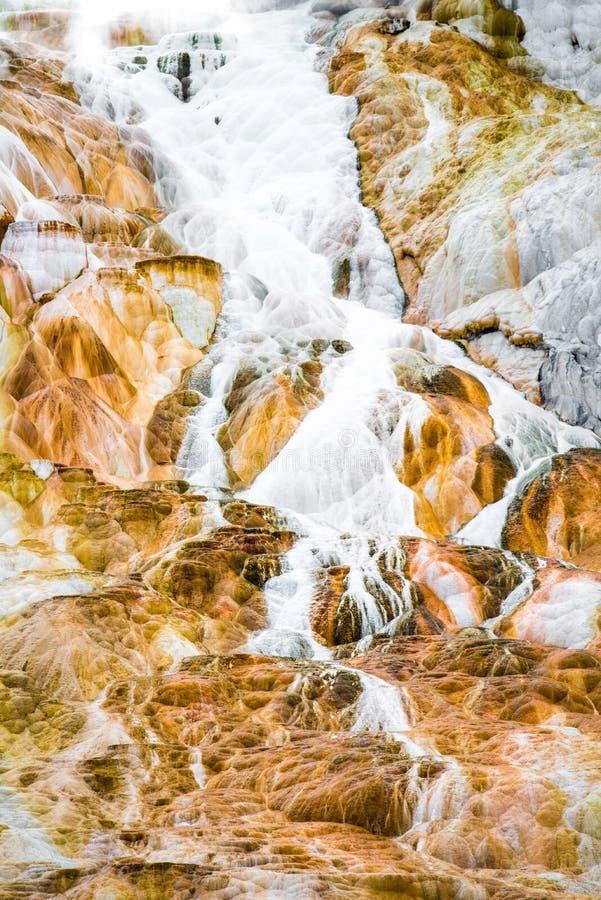 De textuurachtergrond van de vulkaanrots - de mammoet hete lentes yellowston stock afbeeldingen