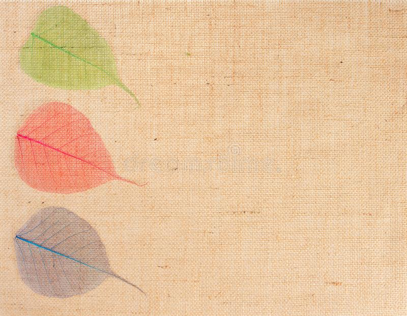 De Textuurachtergrond van de jutestof en Veelkleurige Bladeren, de Doek van de Jutezak stock afbeelding
