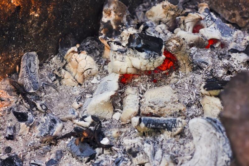 De textuurclose-up van vuursintels Achtergrond van open haard met het gloving van sintels Sluit omhoog mening over smeulende bran royalty-vrije stock afbeeldingen