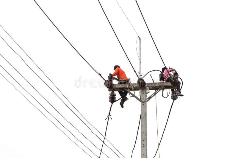De Thaise arbeider op elektrische pool voor installeert nieuwe geïsoleerde kabel op w royalty-vrije stock foto's