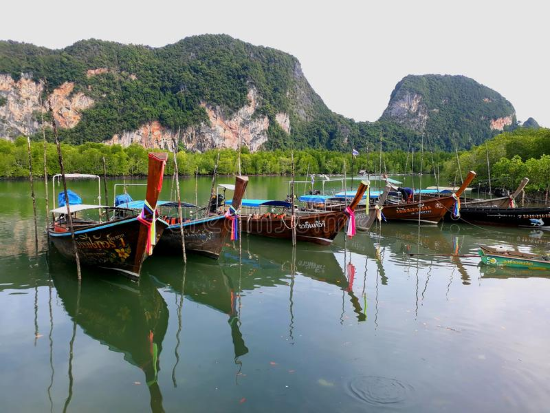 De Thaise boten op de rivier stock afbeeldingen