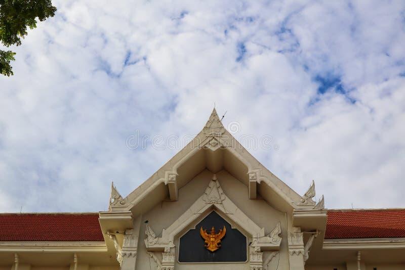 De Thaise bouw van het tempeldak, mooie hemelachtergrond royalty-vrije stock fotografie
