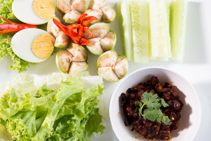 De Thaise die onderdompeling van Nam Prik van het Spaanse peperdeeg met lange boon, komkommer, witte kurkuma wordt gediend, kookt royalty-vrije stock foto's