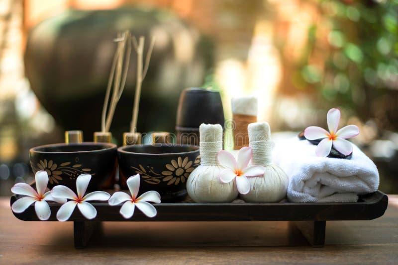 De Thaise het kompresballen van de Kuuroordmassage, de kruidenbal en treatment spa, ontspannen en gezonde zorg met bloem, Thailan royalty-vrije stock afbeeldingen